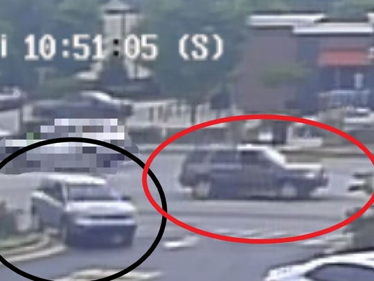 The suspect's gray SUV (red-circled) is believed to be a Ford Escape or possibly a Honda CR-V. The victim's car (black-circled) is a silver Jeep SUV.