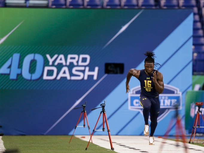 Tennessee running back Alvin Kamara runs a drill at