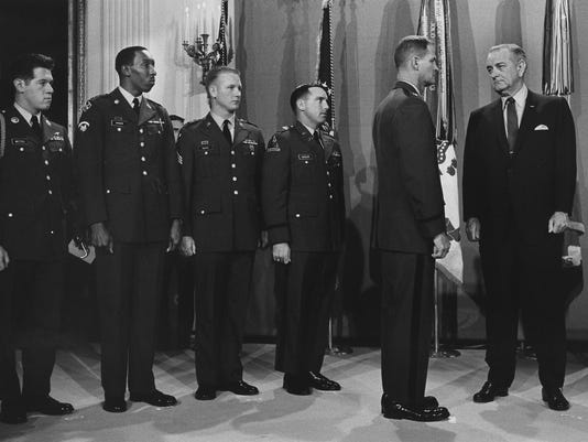 Lyndon_Johnson_with_5_MOH_recipients_29-2620M