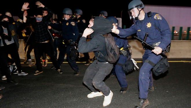 Decenas de arrestos se registraron en protestas en Berkeley, California.