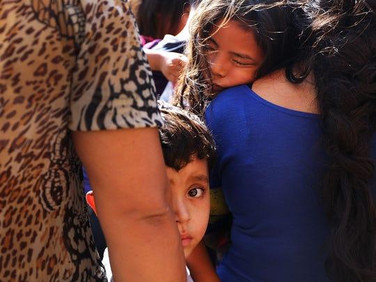 Una familia de migrantes hondureños en una instalación del CBP.