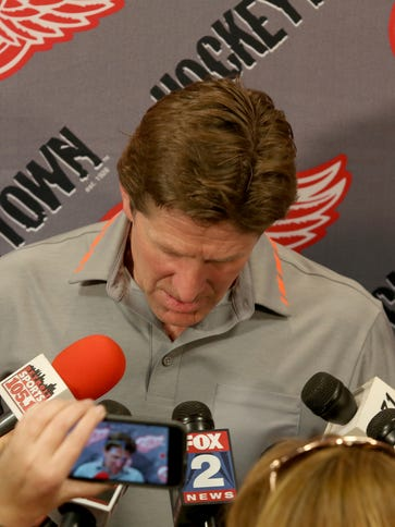Former Detroit Red Wings coach Mike Babcock talks to