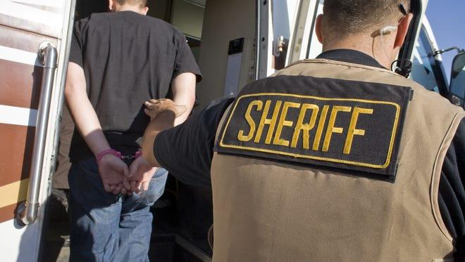 En 2009, el Departamento de Seguridad Nacional revocó parte de un acuerdo de la 287 (g) con el alguacil del condado de Maricopa, Joe Arpaio, quien permitió a sus oficiales actuar como agentes de inmigración, a pesar de quejas comunitarias que aseguraban estaban violando los derechos civiles de la comunidad hispana.
