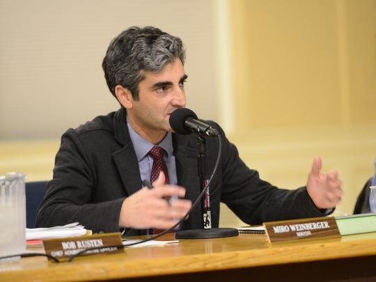 Burlington Mayor Weinberger urges councilors to pass