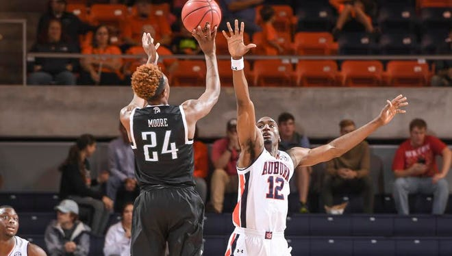 """Auburn forward LaRon Smith says Auburn is """"worrying about the wrong things"""" and that has led to second-half woes."""