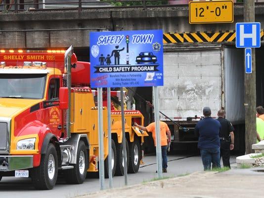 636355603660235545-truck-stuck.jpg