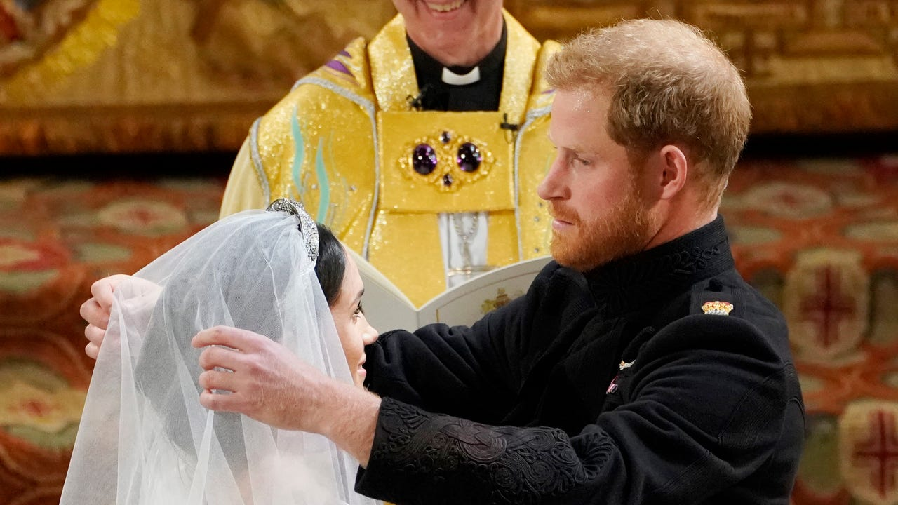Student at Meghan Markle's old Los Angeles high school got up very early to watch and celebrated her wedding to Prince Harry. (May 19)