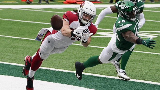 Arizona Cardinals tight end Dan Arnold (85) has a touchdown pass slip through his hands against the New York Jets and linebacker Neville Hewitt (46) on Sunday in East Rutherford, N.J.