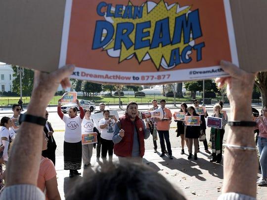 Jóvenes inmigrantes amparados bajo el programa de Acción Diferida para los Llegados en la Infancia (DACA) protestan en Arizona.