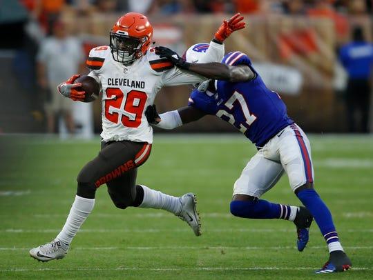 Cleveland Browns running back Duke Johnson (29) tries