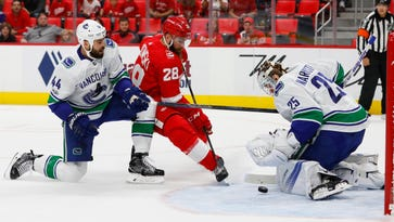 Detroit Red Wings lackluster vs. Vancouver Canucks, lose 4th straight