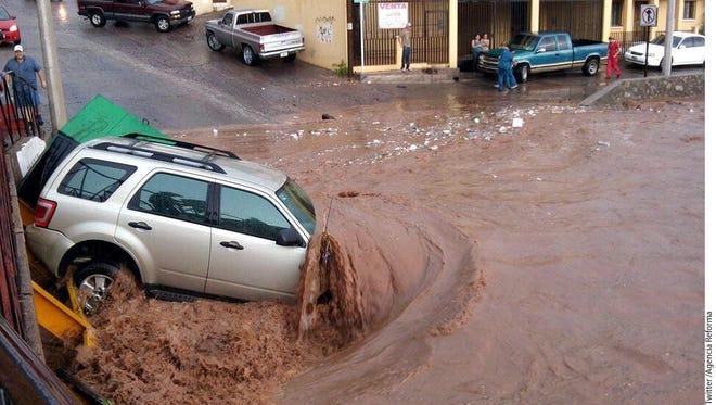 La topografía de Nogales, con cerros y cañadas, provocó que por algunas calles el agua corriera como en un arroyo, arrastrando algunos vehículos.