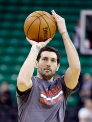 Chicago Bulls guard Kirk Hinrich shoots during practice
