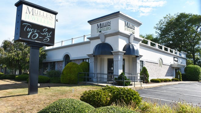 Internet issues for Mullen Bros. Jewelers, and as many as 23 other businesses on Swansea Mall Drive may finally be resolved.
