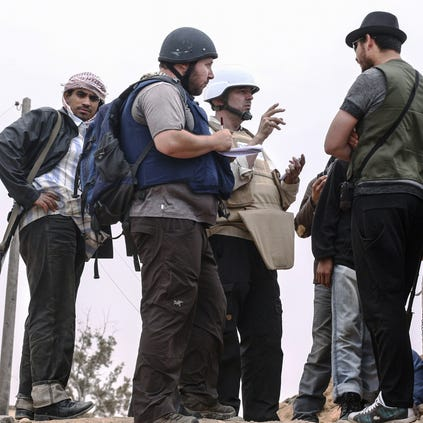 American journalist Steven Sotloff (Center with black helmet) talks to Libyan rebels on the Al Dafniya front line, 25 km west of Misrata on June 02, 2011 in Misrata, Libya.  Sotloff was kidnapped in August 2013 near Aleppo, Syria and was recently shown on a jihadist video in which fellow U.S. journalist James Foley was executed.