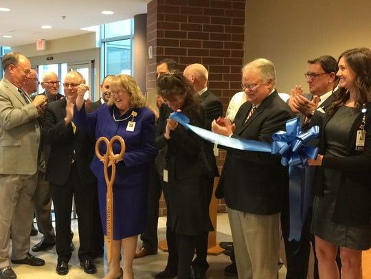 Sumner Regional Medical Center CEO Susan Peach, center,