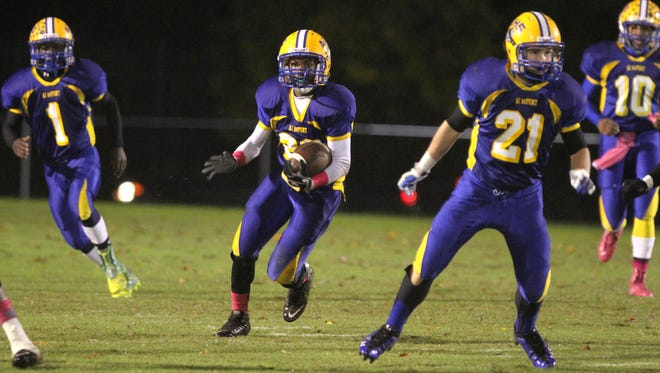 A.I. du Pont's Andrew-James Gaymon (center) scored two touchdowns as the Tigers defeated Mount Pleasant 26-20 Saturday.
