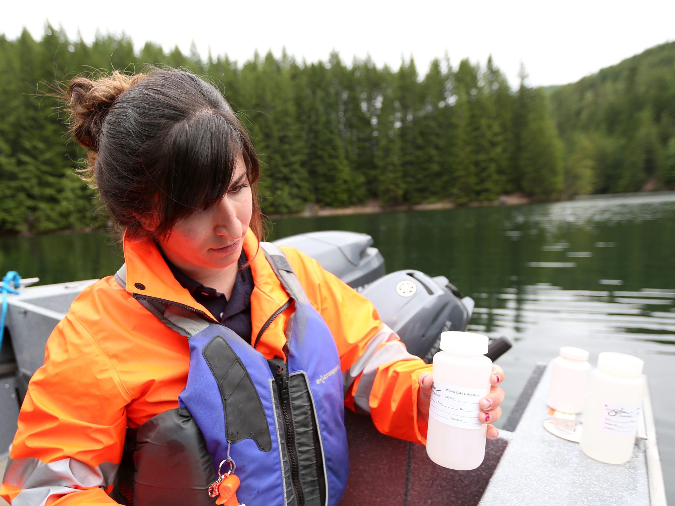 Brandin Krempaský, un coordinador del programa de cuencas con la ciudad de Salem, toma una muestra de agua en Blowout Creek en el lago Detroit el jueves 7 de junio de, 2018.