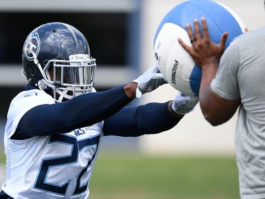 Titans running back Derrick Henry (22) runs through