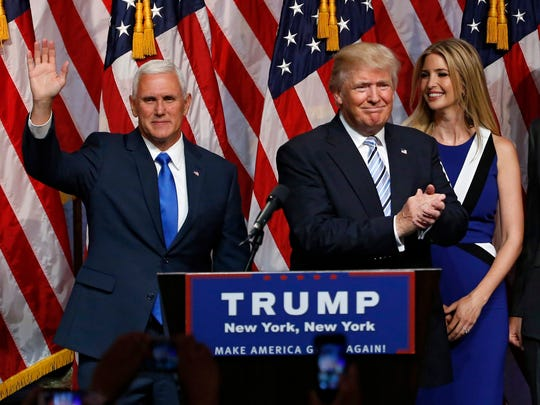 US Republican presidential candidate Donald Trump (C)
