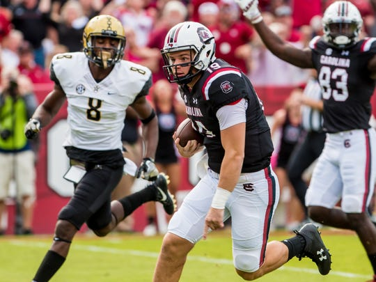 Oct 28, 2017; Columbia, SC, USA; South Carolina Gamecocks quarterback Jake Bentley (19) scrambles for a touchdown against the Vanderbilt Commodores in the first half at Williams-Brice Stadium.