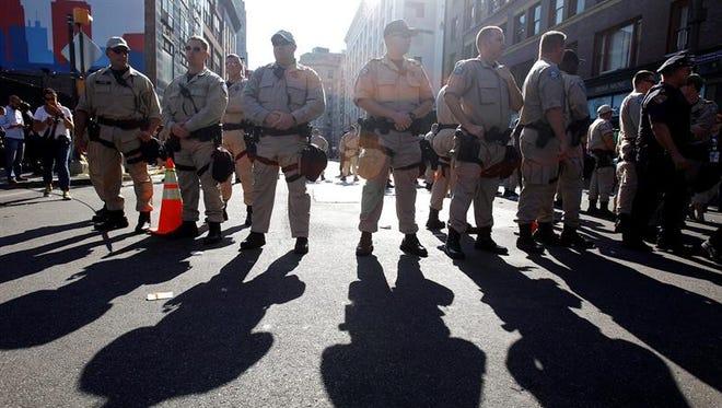 Integrantes de la Policía de Florida en un dispositivo.