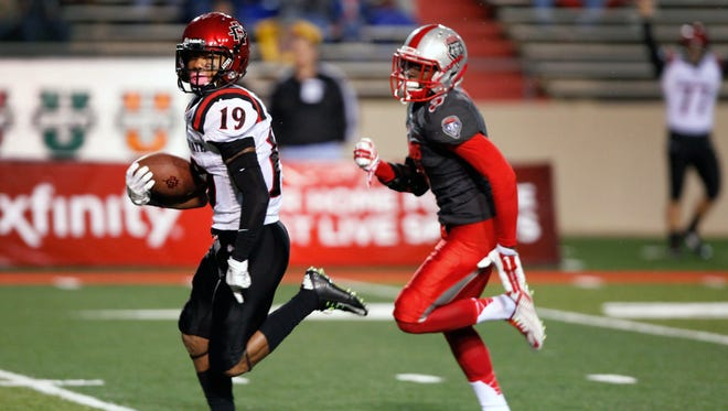 San Diego State's Donnel Pumphrey runs for a touchdown against New Mexico's Cranston Jones.