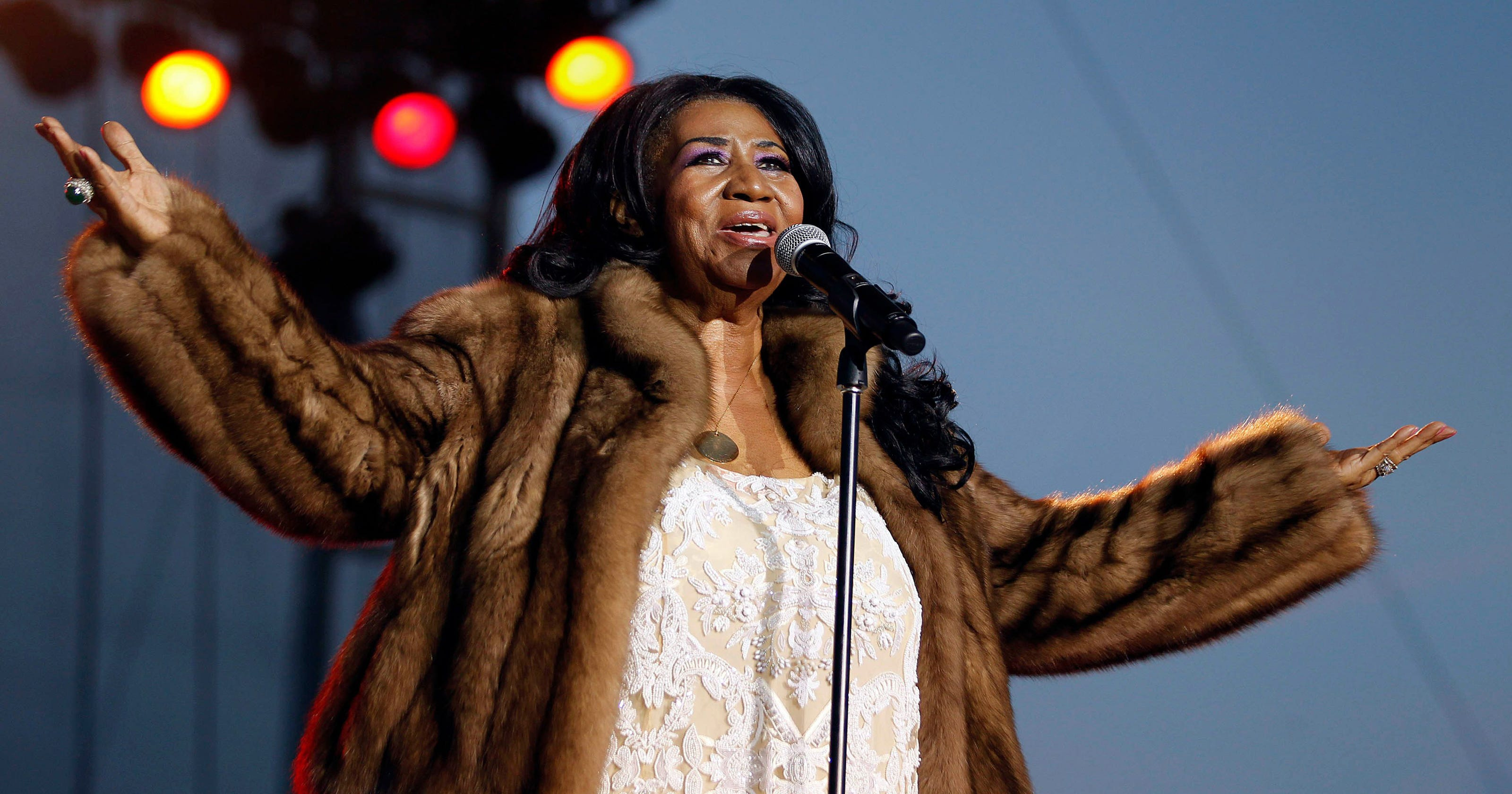 Fans mourn Aretha Franklin at gospel-infused public ...