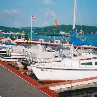 ile photo Boats are parked at the Windlass on Lake