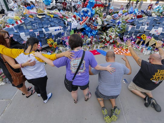 epaselect epa05418445 People pray at the memorial to