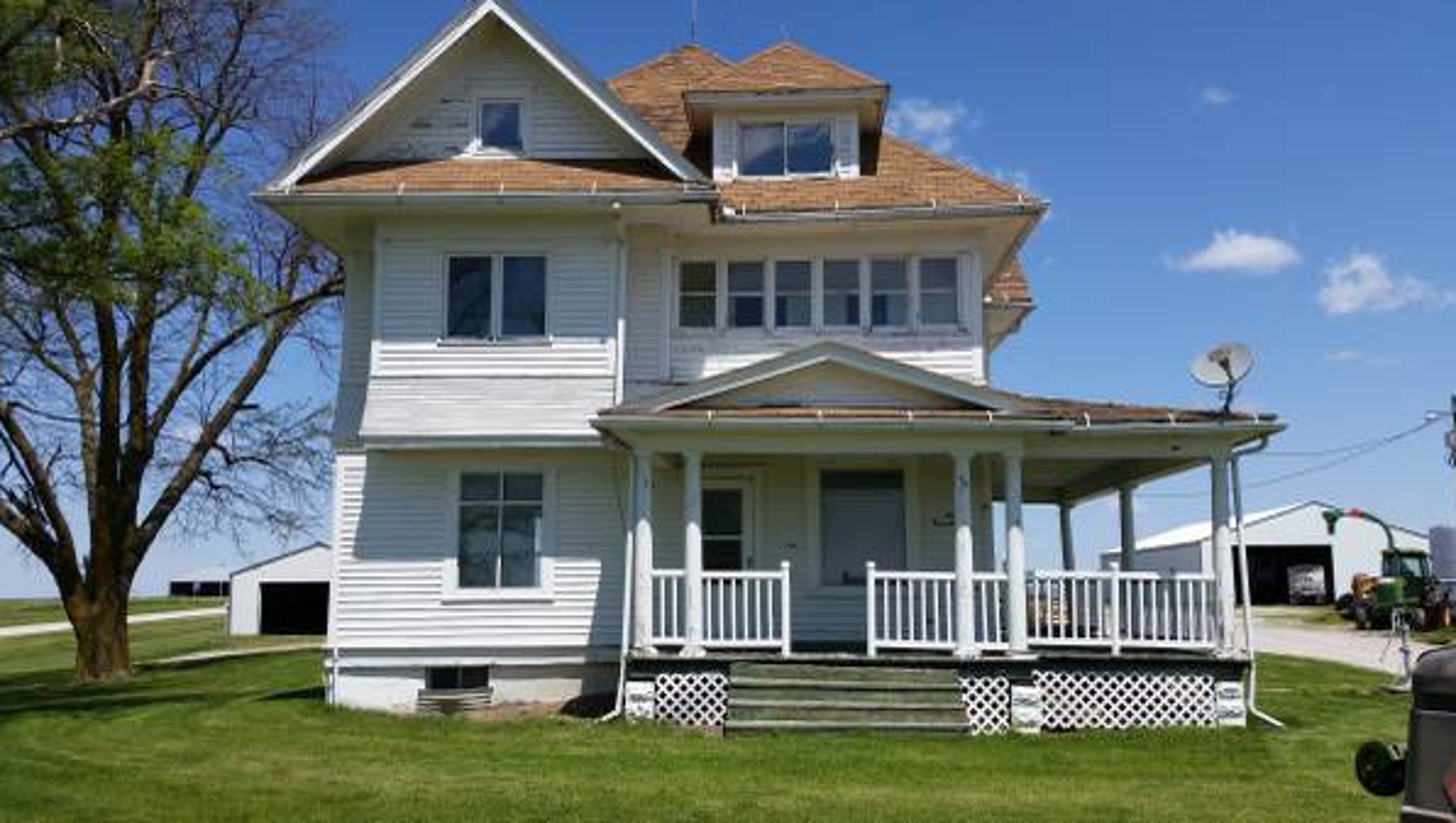 Iowa s free farmhouse finds a new home