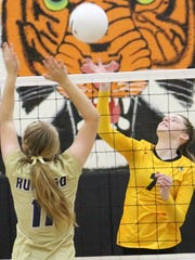 Alamogordo's Shelbie Huffmon tries to lift a ball over