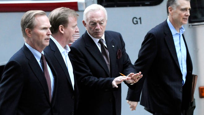 Giants owner John Mara, left, and Steelers owner Art Rooney II, right, will be involved with the investigation of the NFL's handling of the Ray Rice suspension.