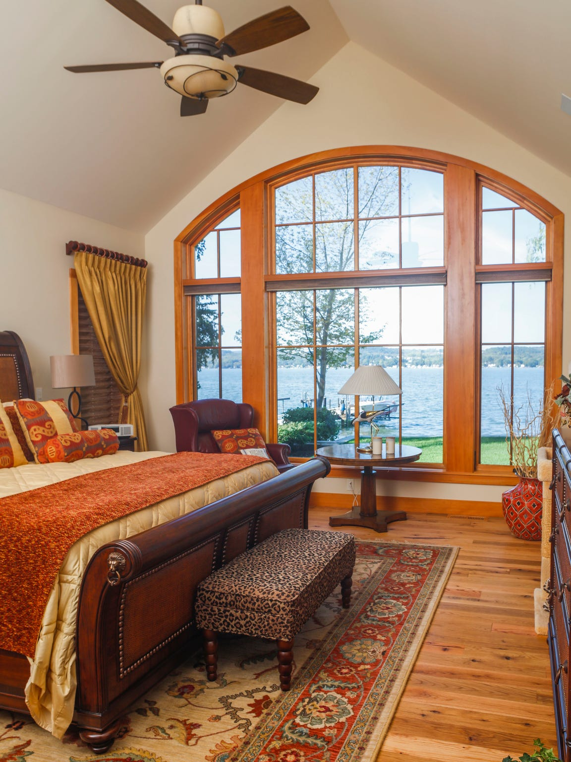 Special attention is paid to taking advantage of the stunning lake views.