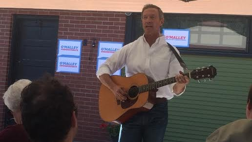 "Martin O'Malley sings ""This Land is Your Land"" during a campaign stop in Albia at the home of former Lt. Gov. Patty Judge."