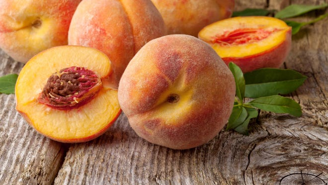 Choose brightly colored peaches that are free of bruises or traces of green and have a plump, smooth skin that shows no sign of wrinkling or withering.