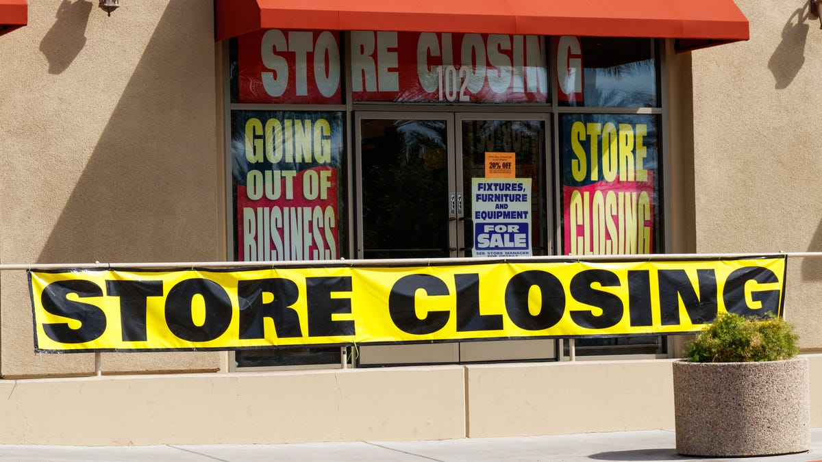 Store closings pile up: With 1,200 closures already announced, retailers face another grim year