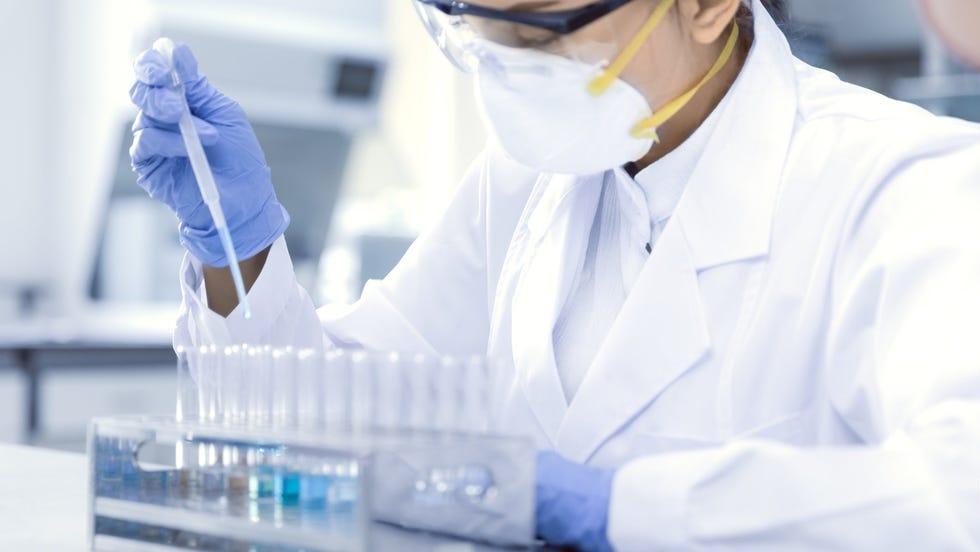 Un scientifique de Moderna travaillant sur le vaccin COVID-19 de l'entreprise.