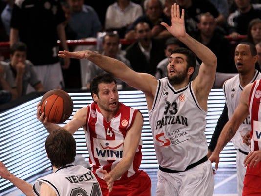 Olympiakos' Theodoros Papaloukas (2L) vi