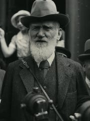 Playwright George Bernard Shaw arrives in Los Angeles