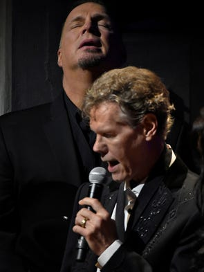 Garth Brooks reacts as Randy Travis sings Amazing Grace