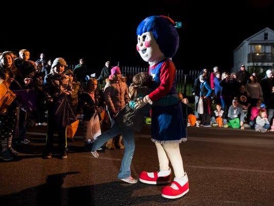 HES-DR-102617-hallowsparade