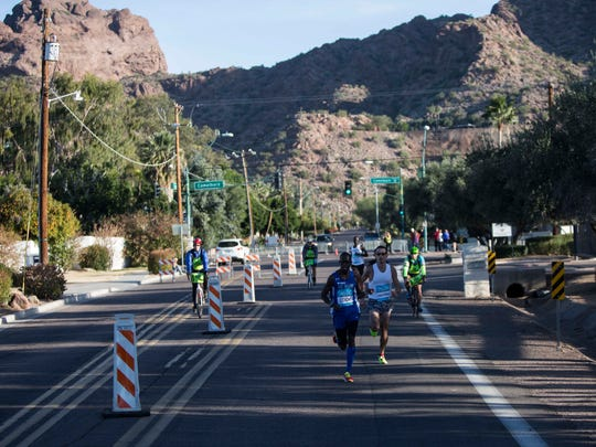 The lead pack runs away from Camelback Mountain during