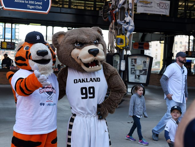Paws pals around with the Oakland University mascot