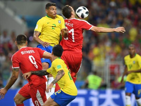 Jugadores de la Verde Amarela disputan un balón dividido