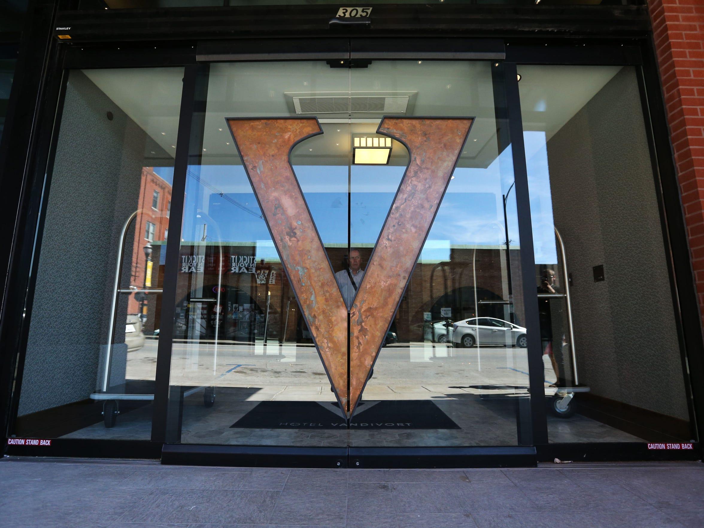 The logo of the Hotel Vandivort, features negative