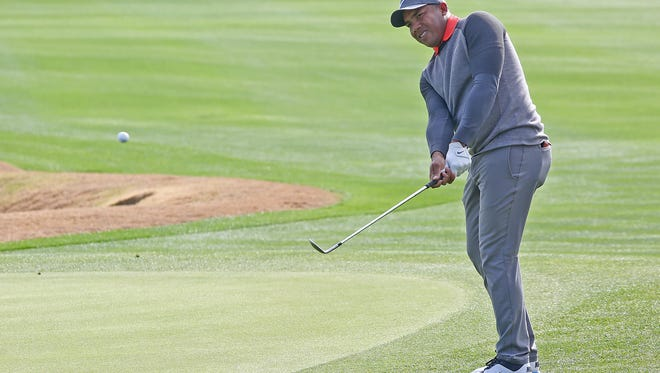 Jhonattan Vegas chips onto the 18th green at the Jack Nicklaus Tournament Course at PGA West during the Careerbuilder Challenge, January 19, 2016.