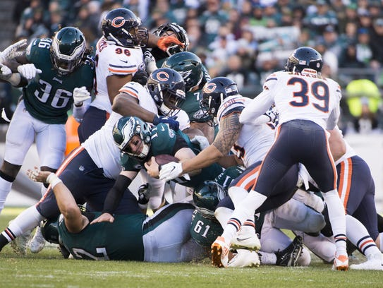 Eagles quarterback Carson Wentz (11) dives for a first