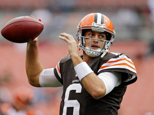 """FILE - In this Sept. 29, 2013, file photo, Cleveland Browns quarterback Brian Hoyer warms up before an NFL football game against the Cincinnati Bengals in Cleveland. Hoyer is confident he will get a contract extension for his client during the upcoming season. Agent Joe Linta said he has had a """"couple of friendly conversations"""" with the Browns about Hoyer, who will enter training camp as the starter but will have to fight off rookie Johnny Manziel to keep the job. (AP Photo/Mark Duncan, File)"""