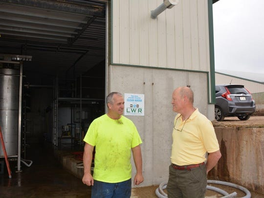 Gordon Speirs of Shiloh Dairy discusses the LWR system with neighboring dairyman Dr. Kenn Buelow.